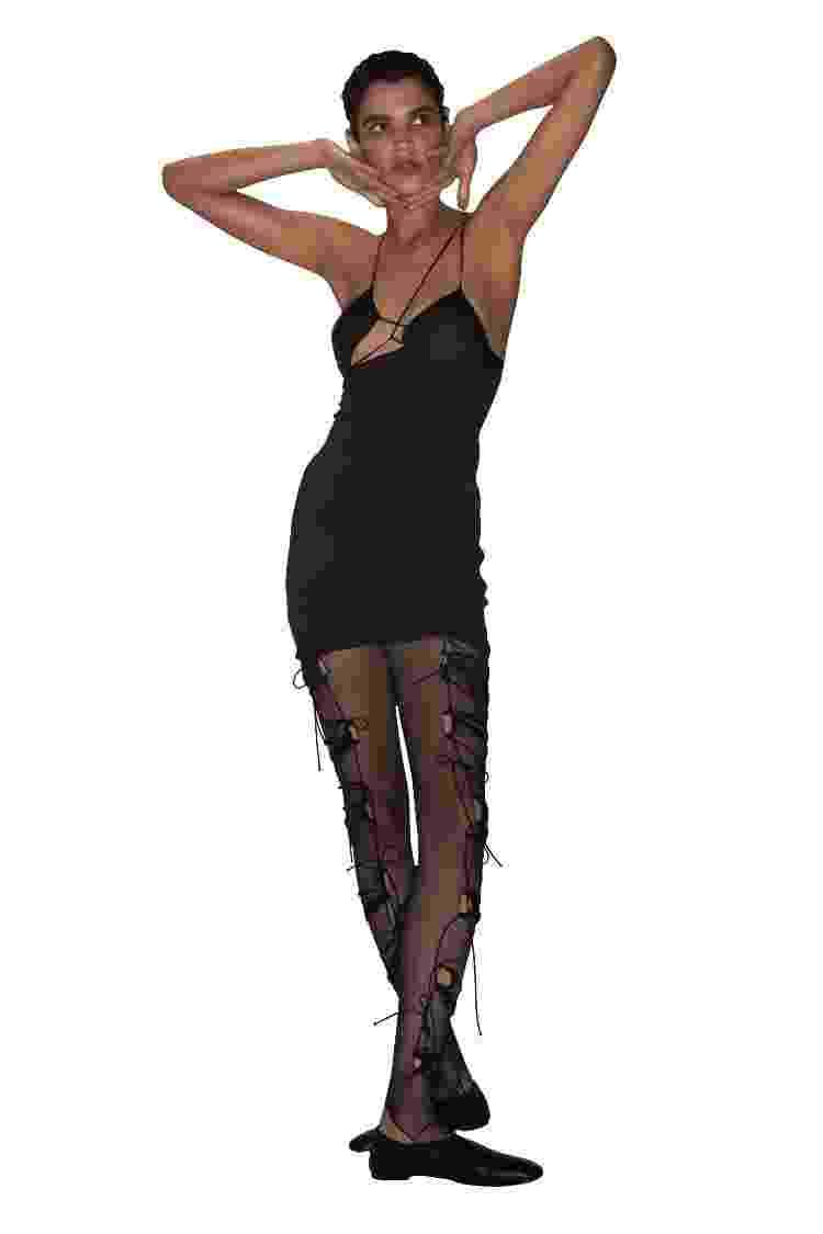 Mini vestido assimétrico de Nensi Dojaka - Divulgação - Divulgação
