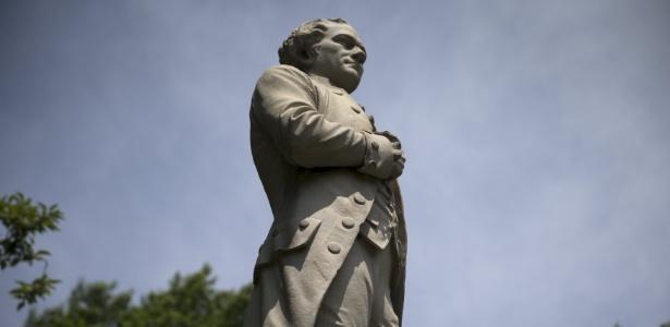 """Estátua de Alexander Hamilton em Nova York. O personagem histórico é tema do espetáculo """"Hamilton"""", que faz sucesso na Broadway ao usar hip-hop para narrar sua vida - Mike Segar/Reuters"""