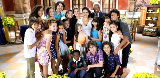 """Em """"Chiquititas"""", Chico (João Acaiabe) e Ernestina (Carla Fioroni) se casam no orfanato"""