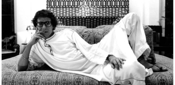 Yves Saint Laurent em sua mansão em Marrakech, no Marrocos, onde juntou coleção de 180 objetos - Divulgação