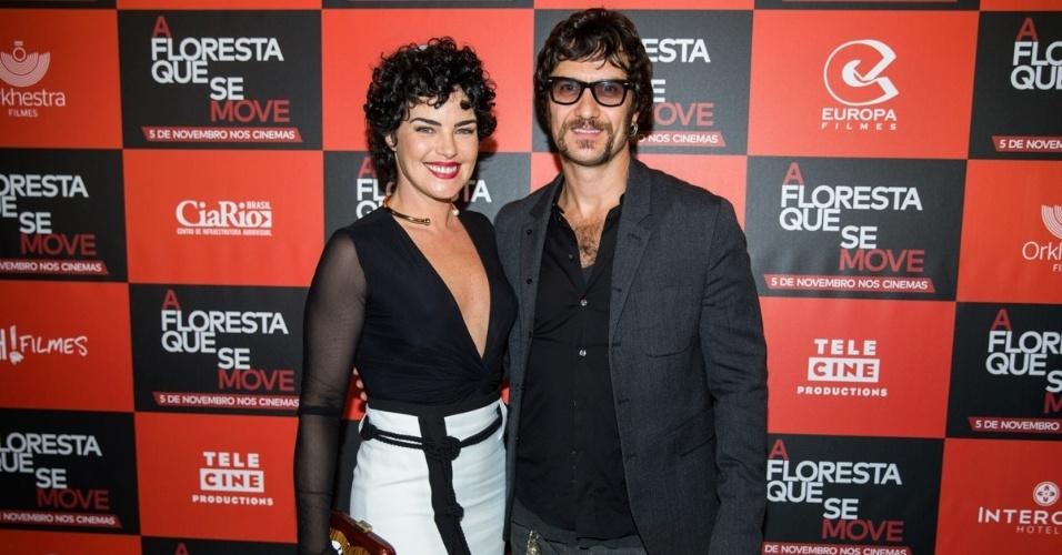 27.out.2015 - Ana Paula Arósio posa com Gabriel Braga Nunes na pré-estreia do filme