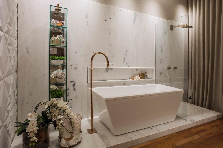 A área de banho da Casa de Praia, projetada por Vanessa Martins para a Casa Cor Pará, é delimitada por um acabamento em mármore. Os metais dourados afirmam o estilo requintado do banheiro | O projeto está exposto na mostra (www.casacor.com.br) até 29 de novembro de 2015