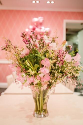 Um dos destaques da decoração do chá da tarde foi as flores sofisticadas da designer Didi Gheler (www.didigheler.com.br). Um arranjo de orquídeas deixava a mesa do chá da tarde mais bela