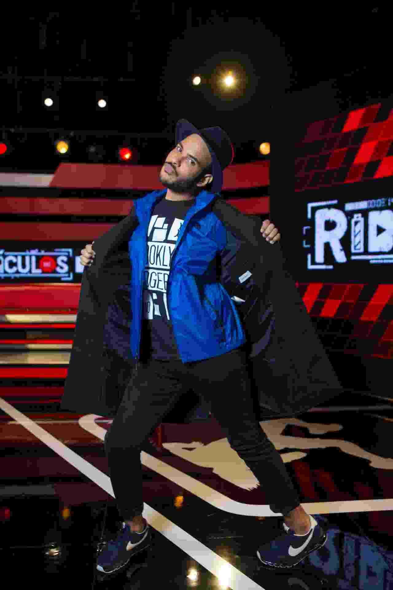 """2016 - Hugo Gloss estreia na MTV com o programa """"Ridículos"""", onde comenta sobre os vídeos que """"bombam"""" na web - Divulgação/MTV"""