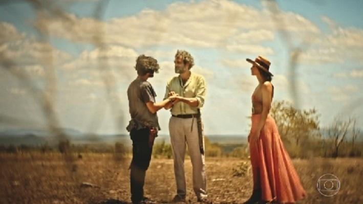 26.set.2016 - Na cena, Santo (Montagner) aparece ao lado de Miguel (Gabriel Leone) e Tereza (Camila Pitanga), encorajando o filho a lutar pela sua terra
