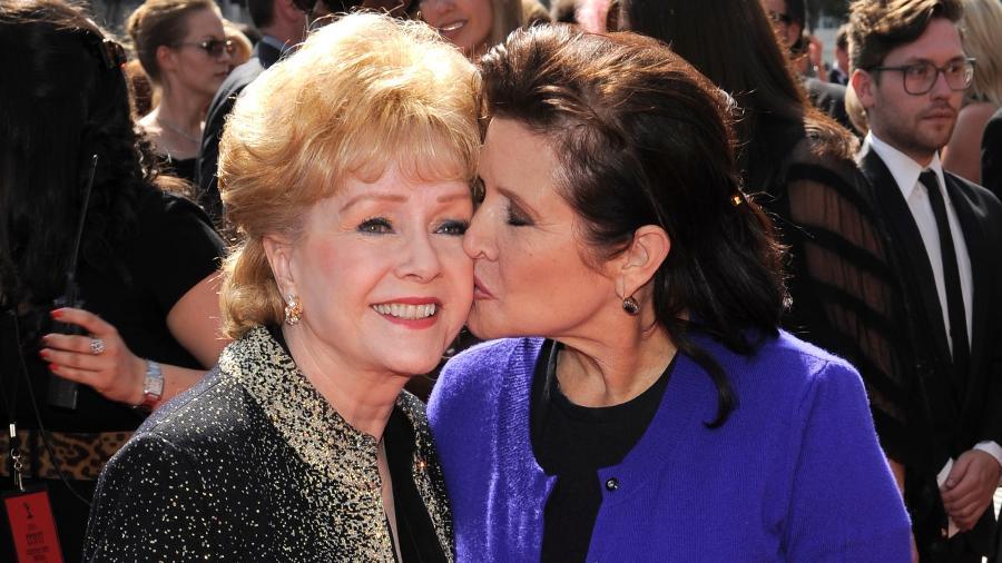 9.set.2011 - As atrizes Debbie Reynolds e Carrie Fisher, mãe e filha, na cerimônia do Emmy, em 2011 - Noel Vasquez/Getty Images/AFP
