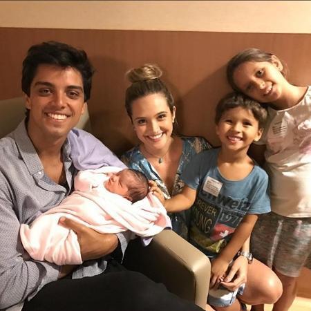 Juliana Paiva posa com Rodrigo Simas e a sobrinha dele, Maria, filha recém-nascida de Felipe Simas - Reprodução/Instagram/juulianapaiva