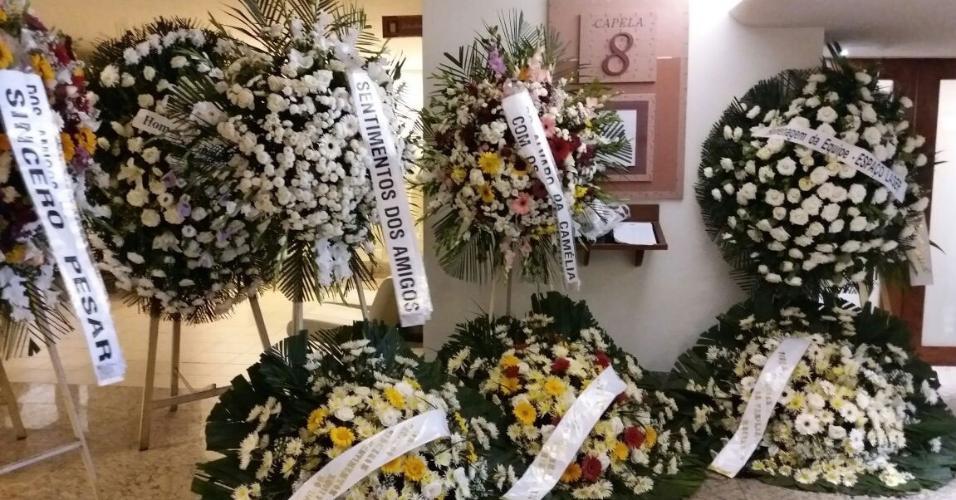 A capela 8 do Memorial do Carmo decorada com coroas de flores em homenagem a Luiz Floriano Meneghel, pai de Xuxa