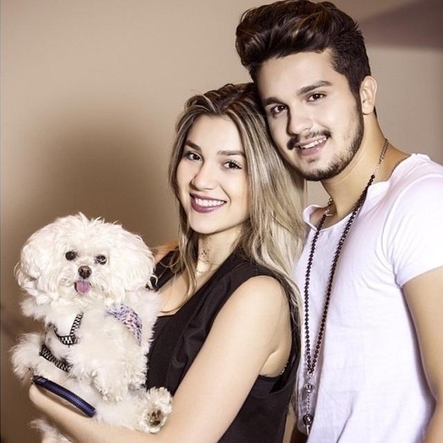 Família feliz: Bruna, Luan Santana e o cachorrinho da família, Puff