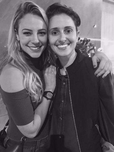 """Paolla Oliveira posa com Carol Duarte nos bastidores de """"A Força do Querer"""" - Reprodução/Instagram/paollaoliveirareal"""