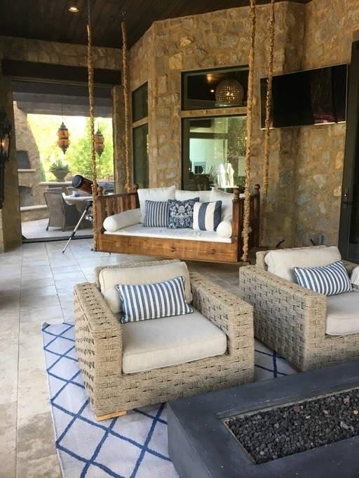 Já viu este sofá-balanço por aí? Ele apareceu no Instagram de John Legend durante sua turnê de 2017. Esta bela casa de cinco quartos, com piscina privativa e R$ 33 mil de diária, foi a escolhida pelo cantor como local de descanso. https://www.airbnb.com.br/rooms/19015128