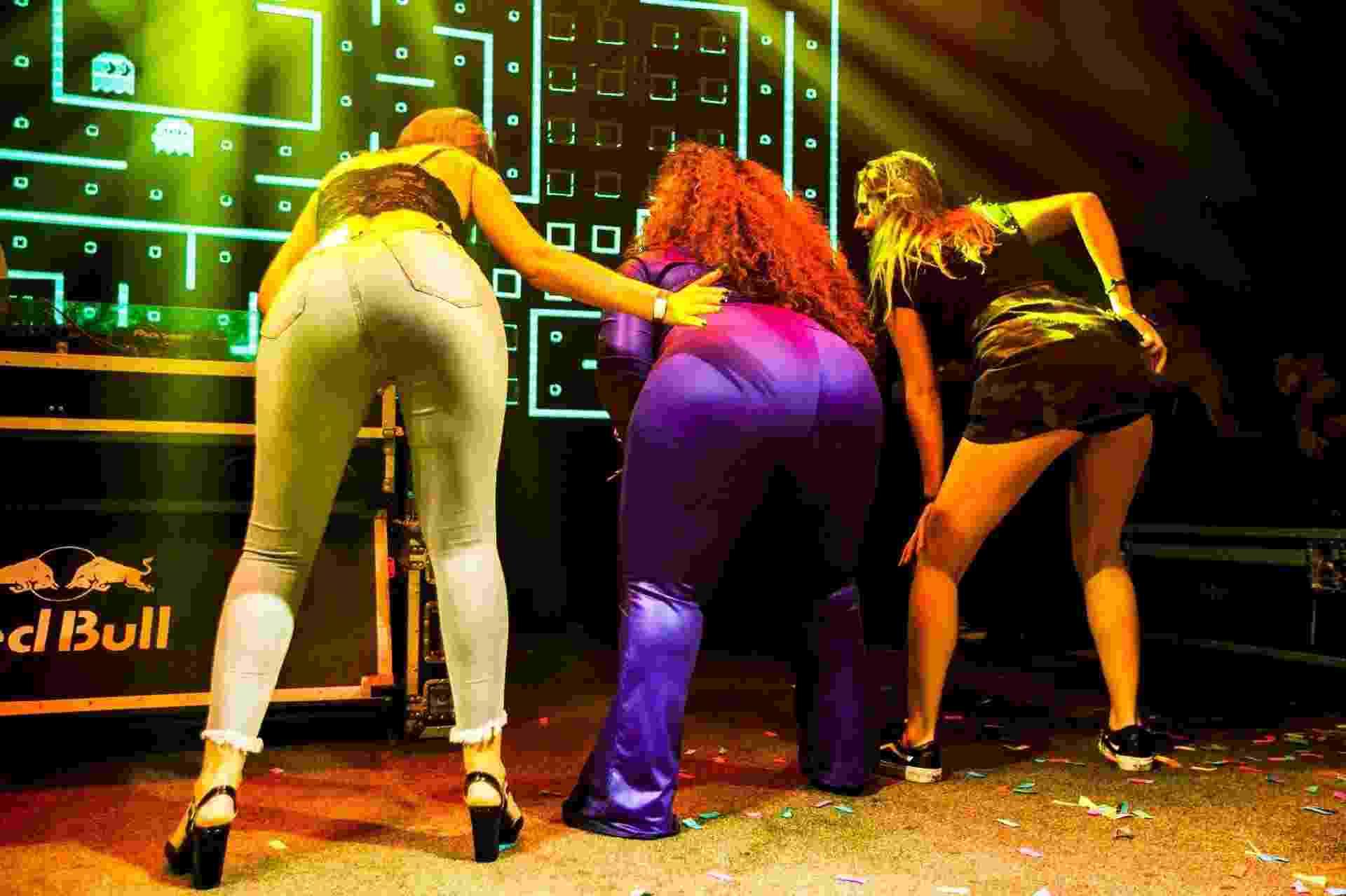 A estudante Nathalia Reis (dir) ganhou a chance de subir ao palco e dançar com Jojo Todynho durante show no Villa Mix, em São Paulo - Mariana Pekin/UOL