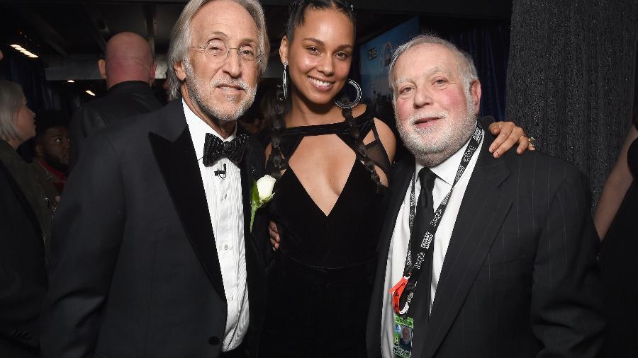 Neil Portnow, Alicia Keys e Ken Ehrlich nos bastidores do Grammy 2018 - Getty Images