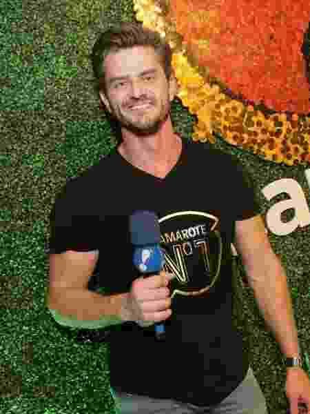 Ex-BBB e ex-Fazenda, Marcos Harter posa como repórter da RedeTV! no camarote CarnaUOL RJ/N1, localizado no ponto mais privilegiado da Marquês de Sapucaí - Gianne Carvalho/UOL