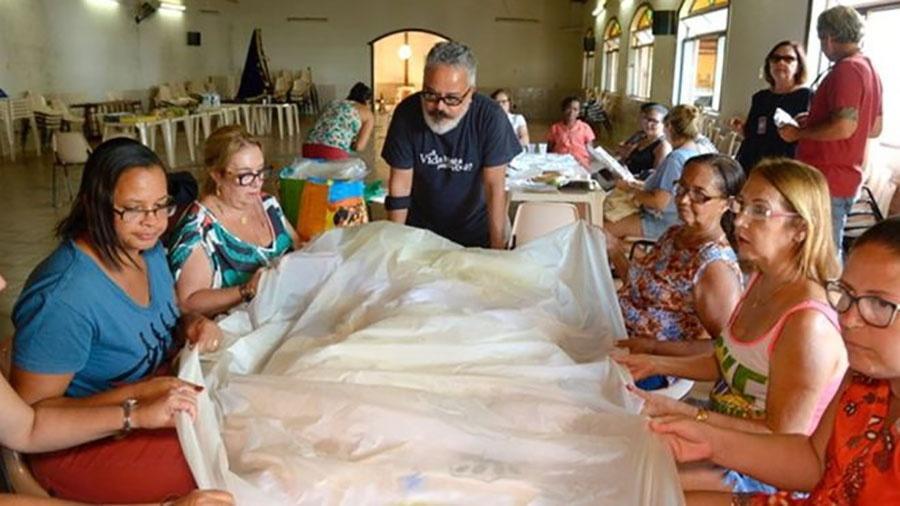 Ronaldo Fraga e costureiras de Mariana  - Agência Fotosite/BBC