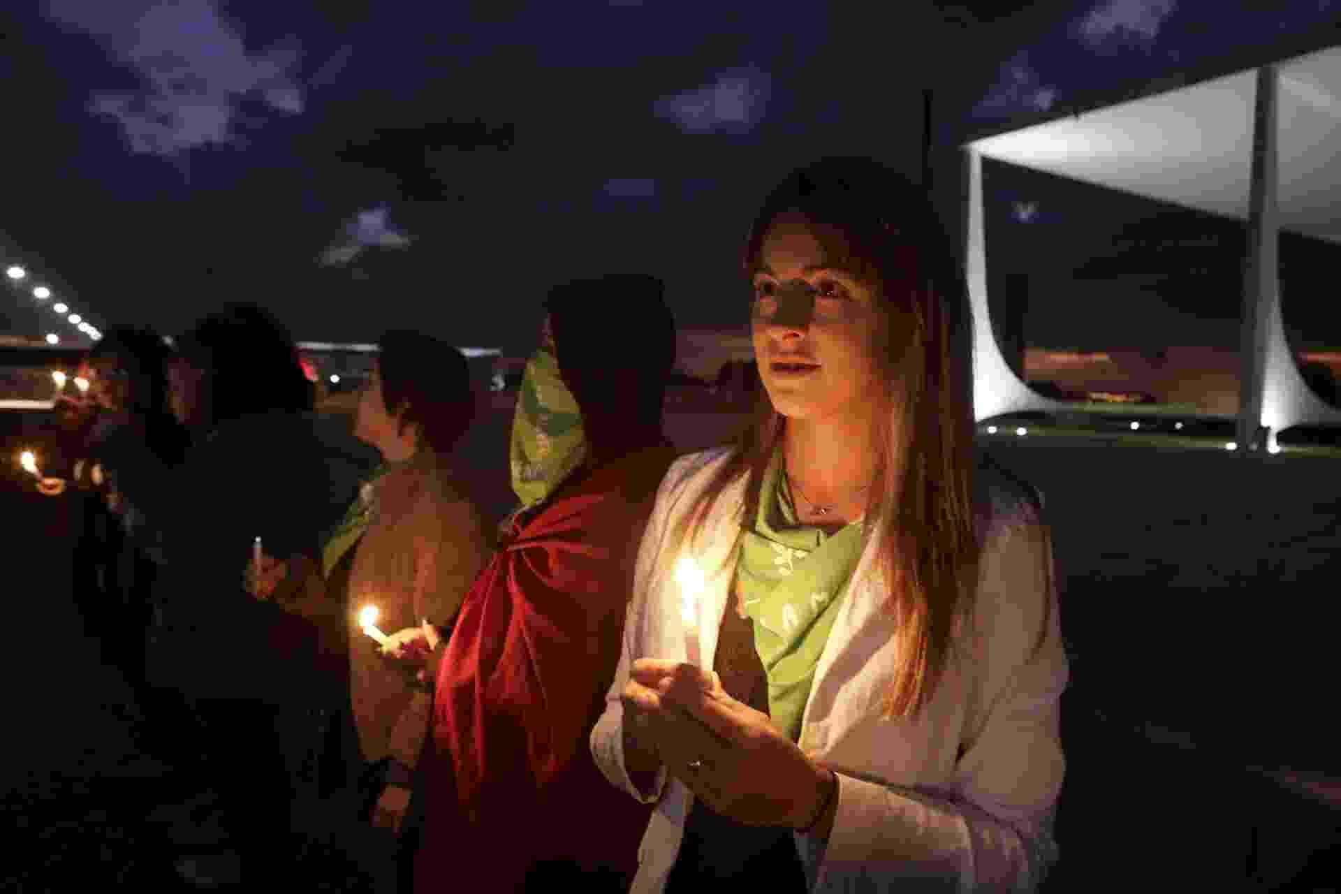 Anjuli Tostes, militante dos direitos das mulheres, faz vigília em frente ao STF contra a criminalização do aborto - Lúcio Távora/UOL