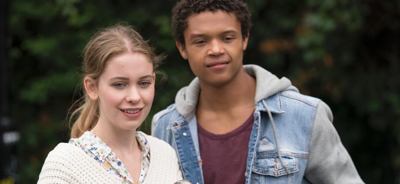 """June (Sorcha Groundsell) e Harry (Percelle Ascott) em cena de """"Os Inocentes"""", da Netflix - Divulgação/Netflix"""