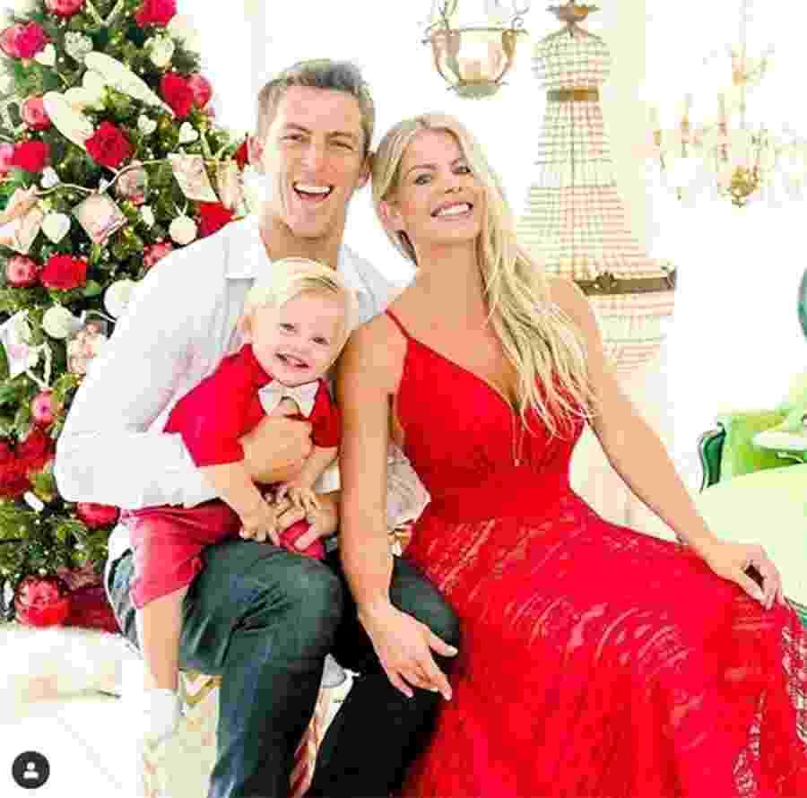 """Família feliz! Karina Bacchi, Amaury Nunes e Enrico celebram o Natal: """"Que o Papai Noel chegue trazendo mais alegria em nossas Vidas ! Aproveitem pra curtir a família nessa noite ! Mamãe disse que a Vida passa rápido demais e que devemos vivenciar cada momento com intensidade!"""", escreveu Karina no Instagram do filho - Reprodução/Instagram"""