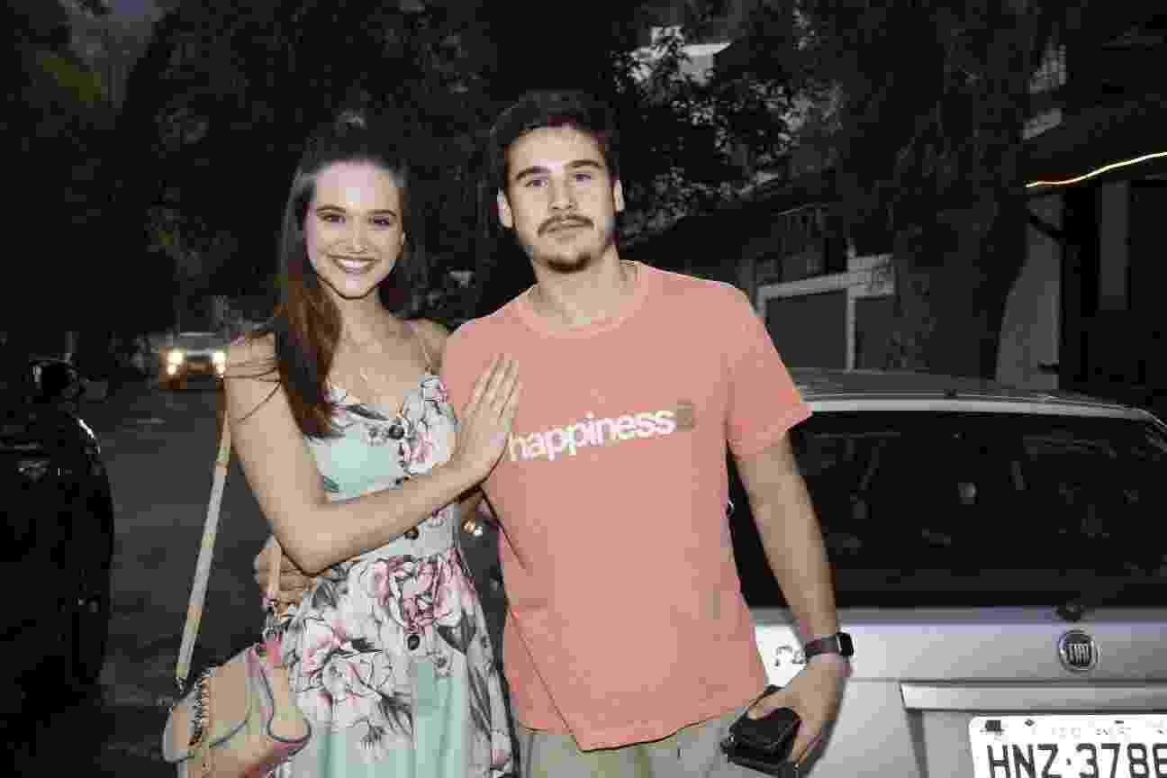 Os protagonistas, Juliana Paiva e Nicolas Prates, chegam para assistir ao último capítulo - Wallace Barbosa/AgNews