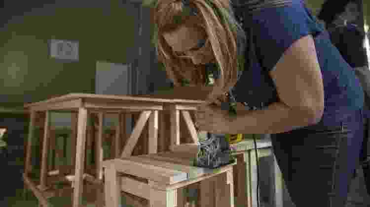Bancadas de madeira foram feitas durante as oficinas de marcenaria do Casa LAB - Jardiel Carvalho/UOL