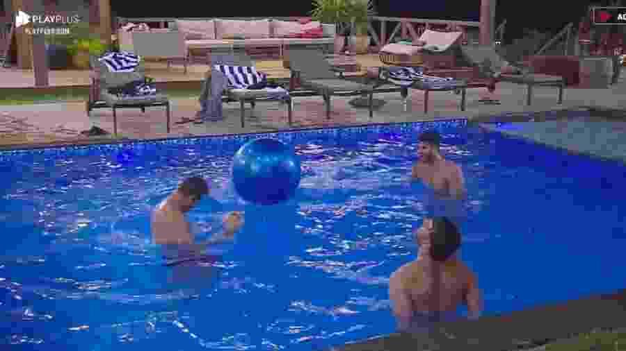 Lucas Viana, Guilherme Leão e Netto jogam bola na piscina - Reprodução/PlayPlus