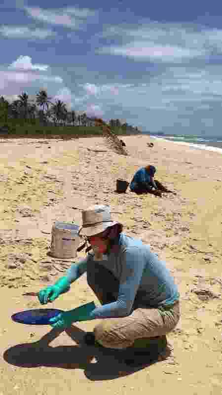 Voluntários fazem monitoramento e limpeza do óleo na praia do Pompilho - Craline Piva