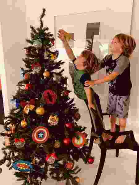 João Gabriel e Antônio, filhos da Regiane Alves, enfeitam árvore de Natal - Reprodução/Instagram