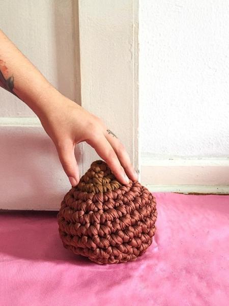 Peso de porta no formato de seio, da marca Crochota - Divulgação/Crochota
