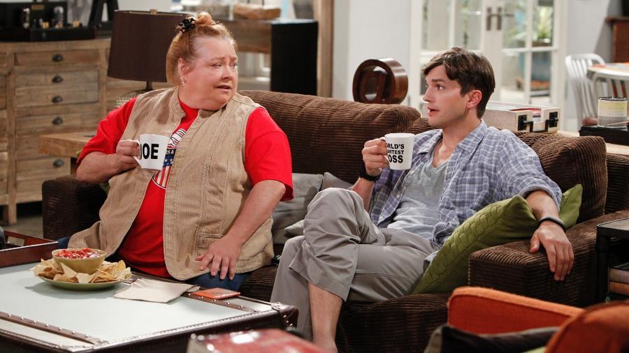 """Conchata Ferrell (à esq.) e Ashton Kutcher em cena de """"Two and a Half Men"""" - CBS via Getty Images"""