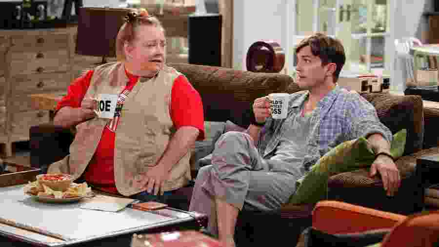 "Conchata Ferrell (à esq.) e Ashton Kutcher em cena de ""Two and a Half Men"" - CBS via Getty Images"