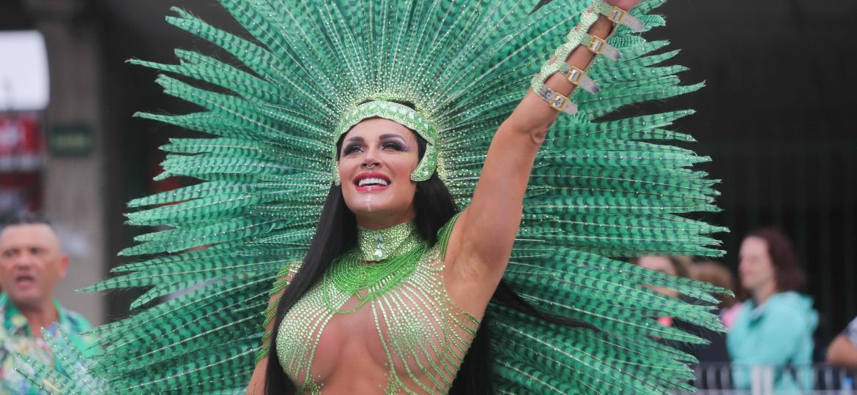 Rainha de bateria da X-9 Paulistana, Juju Salimeni apareceu morena e de fantasia verde - Ricardo Matsukawa/UOL