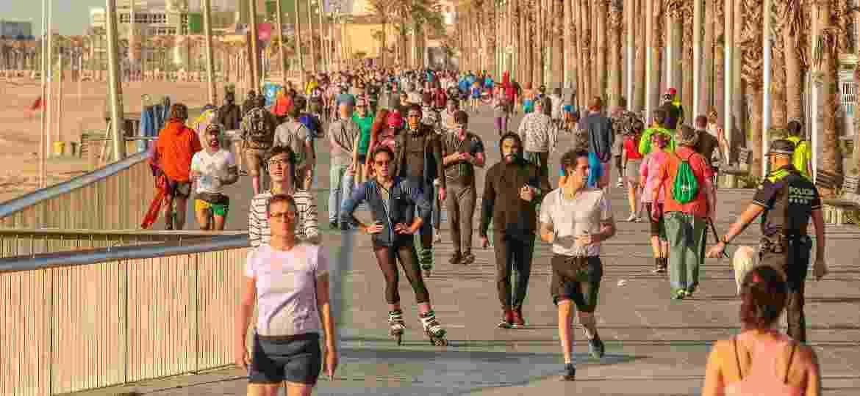 Cena recorrente do pós-confinamento: calçadão da orla de Barcelona lotado, sem o distanciamento mínimo recomendado - Getty Images