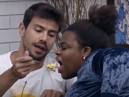 Fazenda 2020: Mariano dá comida na boca de Jojo Todynho