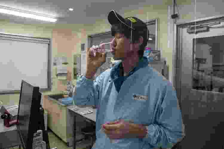 Funcionário testa uísque na Hokkaido Akkeshi Whisky Distillery - Carl Court/Getty Images - Carl Court/Getty Images