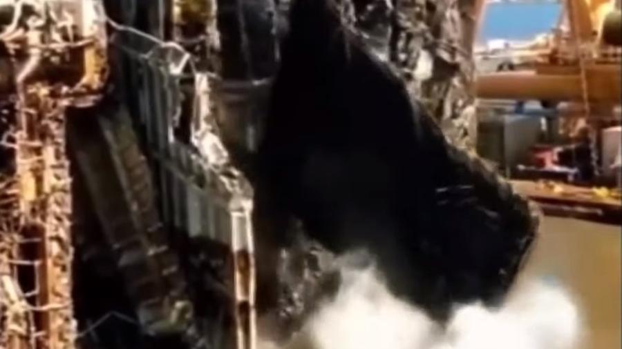 Carros caem durante corte no navio Golden Ray - Reprodução