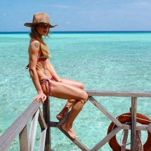 8.jul.2015 - A modelo Carol Magalhães posou de biquíni para uma foto nas Ilhas Maldiavs, mas o que talvez ela não esperasse era que chamasse mais atenção pelo seu corpo com as costelas aparentes do que pelo cenário paradísiaco