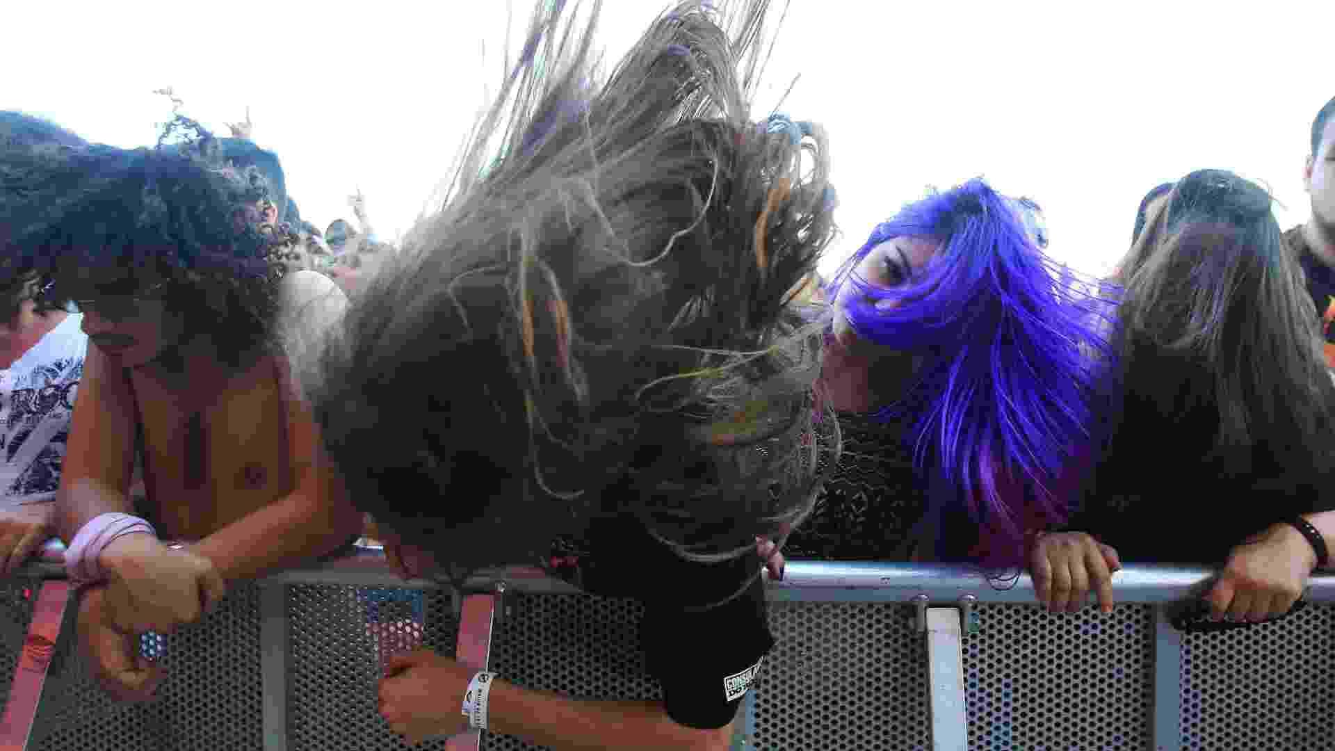 """""""Banguear"""" é a forma aportugesada do verbo """"to bang"""", que, no vocabulário dos fãs de heavy metal, significa bater cabeça. Pois foi exatamente isso que dezenas de milhares de fãs fizeram neste 2º dia de Rock in Rio, dedicado a alguns dos nomes mais pesados dessa vertente, como Korn, Gojira,   Headbangers batem cabeça em show no Rock in Rio, no início do """"dia do metal"""" na Cidade do Rock - Marco Antonio Teixeira/UOL"""