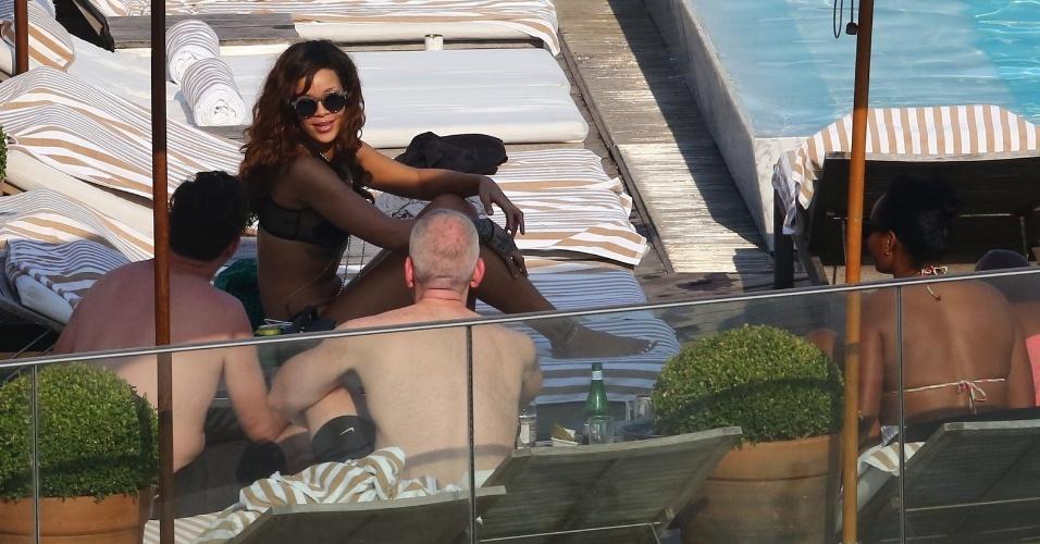 28.set.2015 - De óculos escuros, Rihanna aproveita últimos momentos no Rio de Janeiro em piscina do hotel Fasano, na zona sul do Rio de Janeiro