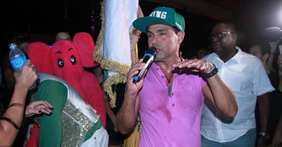 13.jan.2015 - Zezé Di Camargo caiu no samba no lançamento do seu camarote, que aconteceu na noite desta terça-feira
