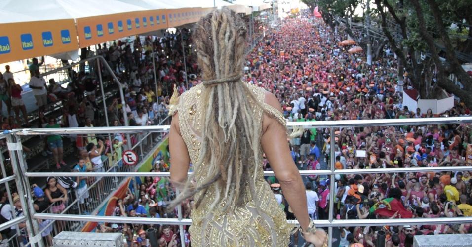 7.fev.2016 -- Ivete Sangalo passou duas horas para costurar os dreadlocks em seu cabelo para a terceira saída no Carnaval baiano este ano