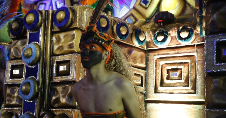7.fev.2016 - Integrante se aquece antes do desfile do Império de Casa Verde, cujo desfile fala sobre o mistério