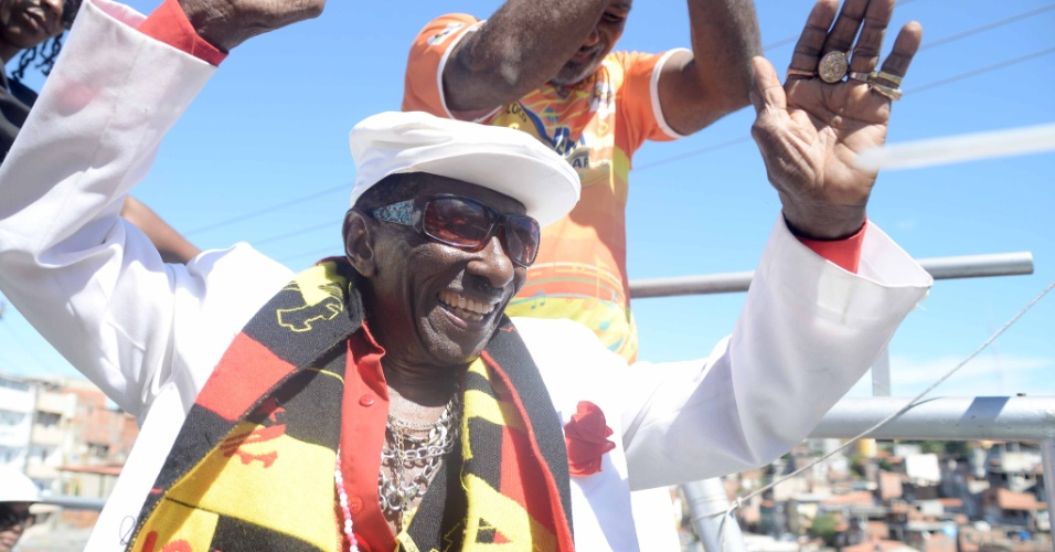 8.fev.2016 - Sambista da velha guarda, Riachão, 94 anos, acompanha o Carnaval no circuito Campo Grande