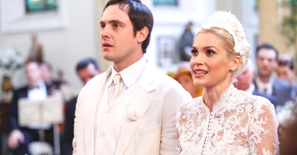 No altar com Sandra (Flávia Alessandra), Candinho (Sérgio Guizé) não deixa de pensar em Filomena (Debora Nascimento) e na revelação que é o pai do filho da ex-namorada