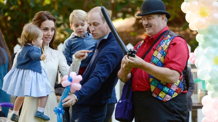 Príncipe William e Kate Middletton brincam com os filhos George e Charlotte durante visita a Victoria, no Canadá - Chris Wattie/Reuters