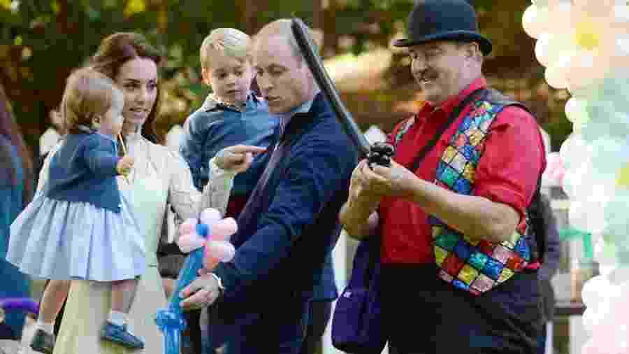 Príncipe William e Kate Middletton brincam com os filhos George e Charlotte durante visita da Família Real britânica a Victoria, no Canadá - Chris Wattie/Reuters