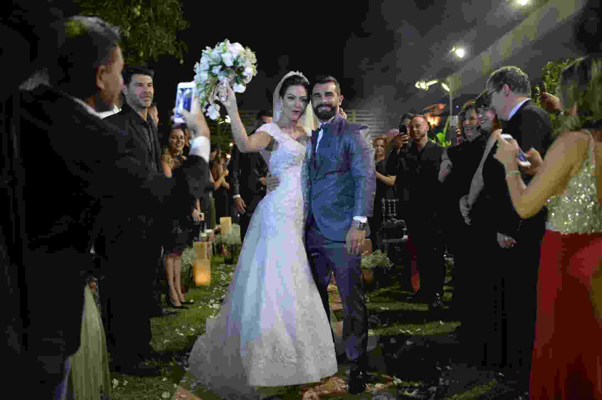 21.nov.2016 - Laura Keller e Jorge Sousa se casam no Rio. A cerimônia aconteceu ao ar livre, numa casa de festas na Taquara, Zona Oeste da cidade, com decoração simples, repleta de velas no chão e suspensas em árvores - Bruno Romão