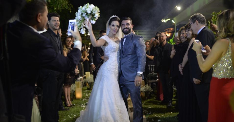 21.nov.2016 - Laura Keller e Jorge Sousa se casam no Rio. A cerimônia aconteceu ao ar livre, numa casa de festas na Taquara, Zona Oeste da cidade, com decoração simples, repleta de velas no chão e suspensas em árvores