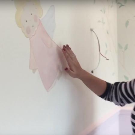 Atriz mostra desenhos de anjo pintados no cômodo - Reprodução/Youtube