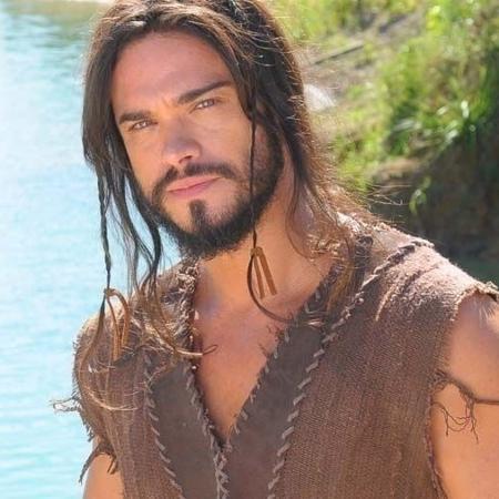O ator usou megahair e peruca para interpretar o cabeludo Josué  - Divulgação/Record