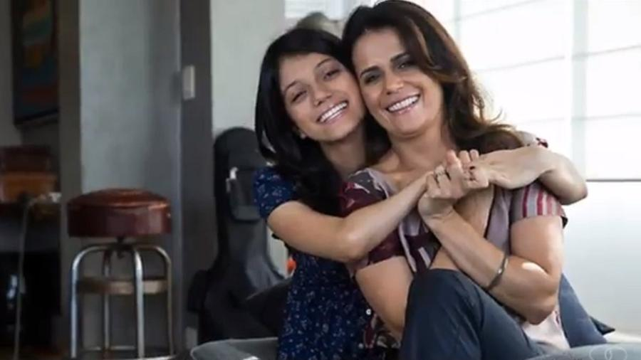 Adriana Araújo ao lado da filha, Giovana, que superou 10 cirurgias em 15 anos - Reprodução/YouTube/lucianaliviero